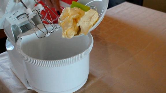 Масло взбиваем в миксере на максимальной скорости до белизны. Масляный крем для выравнивания торта: пошаговый фото-рецепт