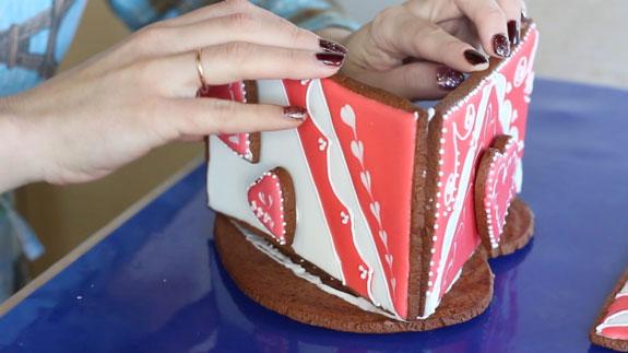 Затем промазываем густым айсингом основание и... Имбирный пряник Шкатулка: пошаговый фото-рецепт