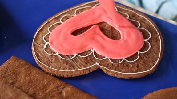 Заливаем рисунок красным... Имбирный пряник Шкатулка: пошаговый фото-рецепт