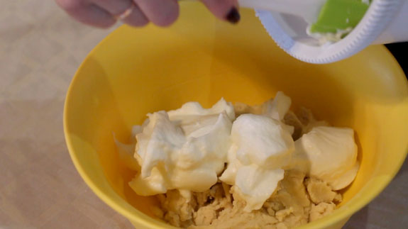 Взбитые белки соединяем с тестом и вымешиваем лопаткой движениями снизу вверх. Песочное печенье: пошаговый фото-рецепт