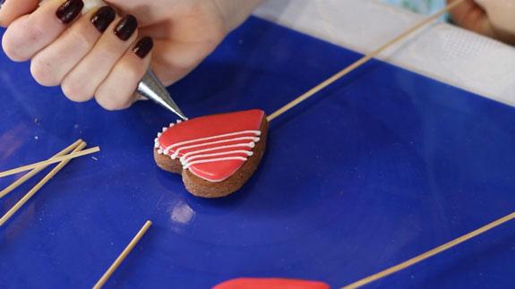 Когда глазурь на пряниках полностью высохнет... Пряники имбирные Валентинки: пошаговый фото-рецепт