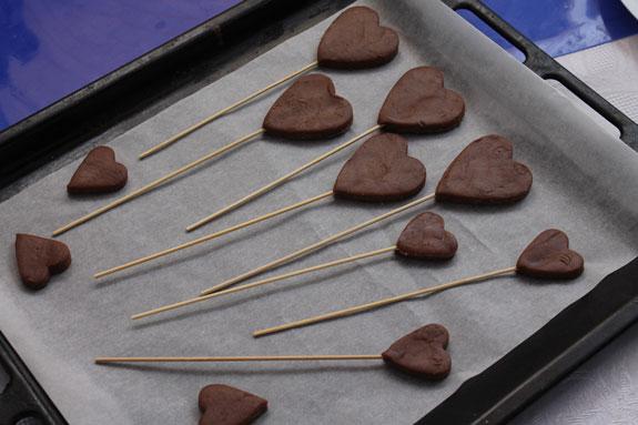 Готовые сердечки перекладываем на противень... Пряники имбирные Валентинки: пошаговый фото-рецепт