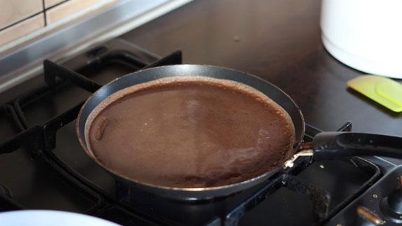 Точно так же выпекаем шоколадные блины.