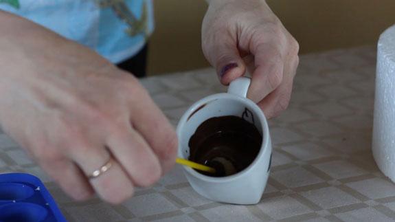 Хорошо подмороженные заготовки окунаем в... Кейк Попс пирожное на палочке: пошаговый фото-рецепт