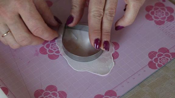 Раскатываем мастику и с помощью вырубки... Кейк Попс пирожное на палочке: пошаговый фото-рецепт