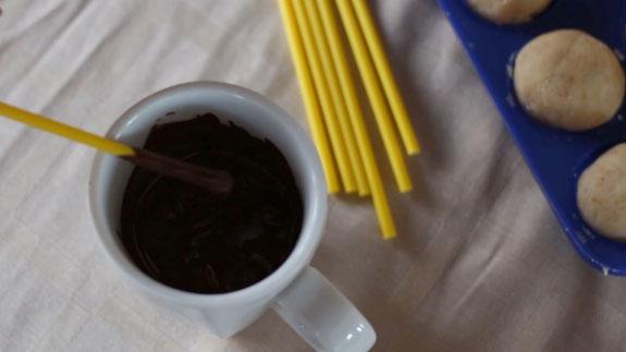 Шоколад перекладываем в небольшую емкость и... Кейк Попс пирожное на палочке: пошаговый фото-рецепт