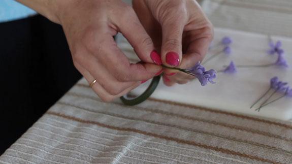 В произвольном порядке собираем цветы сирени в небольшие соцветия. Как сделать веточку сирени: пошаговый фото-рецепт