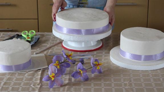 Как правильно собрать трехъярусный торт: пошаговый фото-рецепт. Каждый ярус торта установлен на специальную бумажную подложку