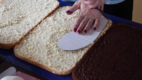 Торт Кроссовок: пошаговый фото-рецеп. Прикладываем трафарет ступни кроссовка к коржу бисквитат