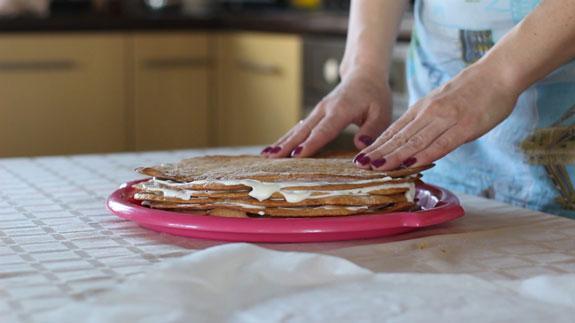 Готовому торту даем пропитаться в течение не... Торт Медовик: пошаговый фото-рецепт