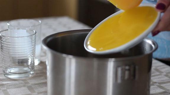 В кастрюльке объемом 2-2,5 литра соединяем... Торт Медовик: пошаговый фото-рецепт
