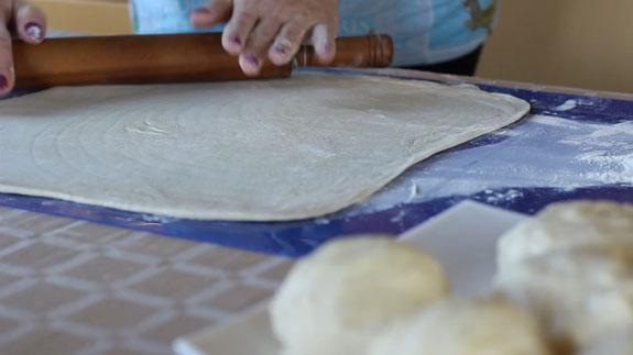 Раскатываем тонкие коржи, придавая им... Торт Наполеон: пошаговый фото-рецепт