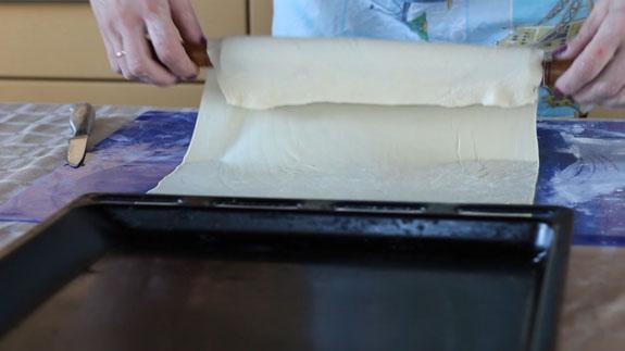 Срезаем неровности и перекладываем корж на... Торт Наполеон: пошаговый фото-рецепт