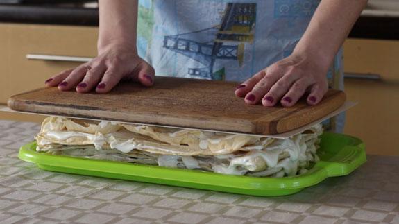 Перемазанный торт рекомендую придавить чем-то... Торт Наполеон: пошаговый фото-рецепт