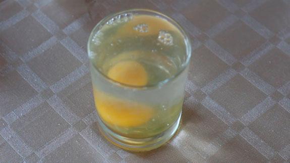 В стакан вбиваем 1 яйцо и доливаем его до... Торт Наполеон: пошаговый фото-рецепт