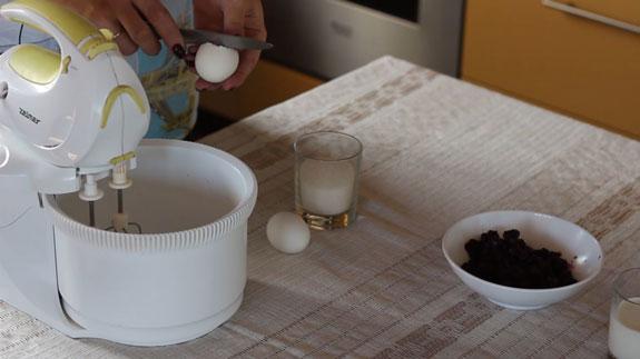 Яйца взбиваем с сахаром на максимальной скорости миксера в течение 4-5 минут. Маффины с черникой: пошаговый фото-рецепт
