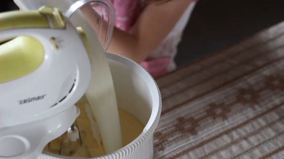 Снижаем скорость миксера и вводим молоко. Шоколадные панкейки: пошаговый фото-рецепт