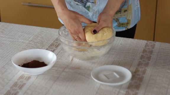 Готовое тесто для песочного печенья разделяем на две, условно равные, части. Печенье Бабочки: пошаговый фото-рецепт