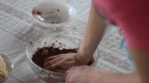 В одну из частей добавляем какао. Печенье Бабочки: пошаговый фото-рецепт