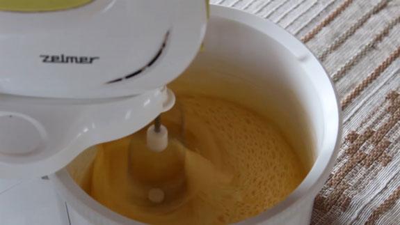 Снижаем скорость и вводим растопленное масло. Венские вафли: пошаговый фото-рецепт