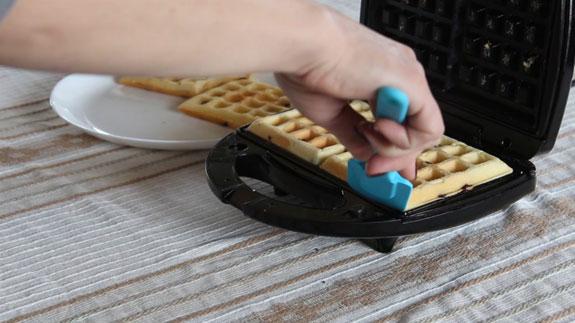 Готовые венские вафли достаем из вафельницы и посыпаем сахарной пудрой или поливаем растопленным шоколадом. Венские вафли: пошаговый фото-рецепт