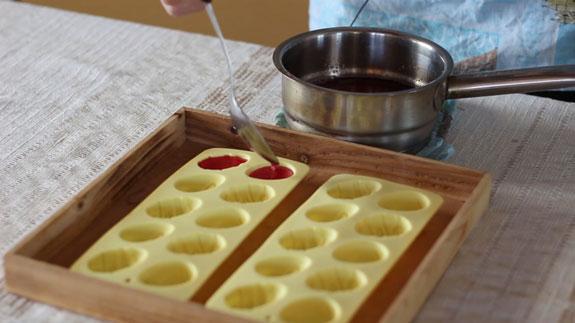 Полученную массу переливаем в силиконовые формочки для конфет. Желейные конфеты: пошаговый фото-рецепт