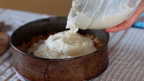 На утрамбованное печенье выкладываем... Апельсиновый чизкейк без выпечки: пошаговый фото-рецепт