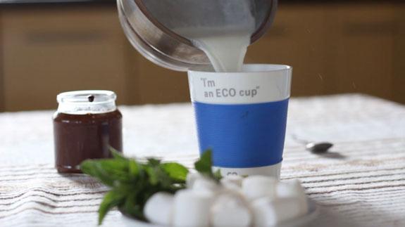 Переливаем молоко в большую чашку.Горячий шоколад со сливками: пошаговый фото-рецепт