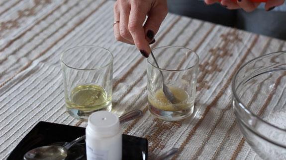 Желатин замачиваем в воде и оставляем набухать в течение 10 минут. Сахарная мастика для изготовления цветов: пошаговый фото-рецепт