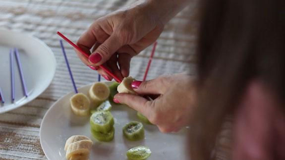 Каждый кусочек практически полностью протыкаем палочкой... Шоколадные фрукты: пошаговый фото-рецепт