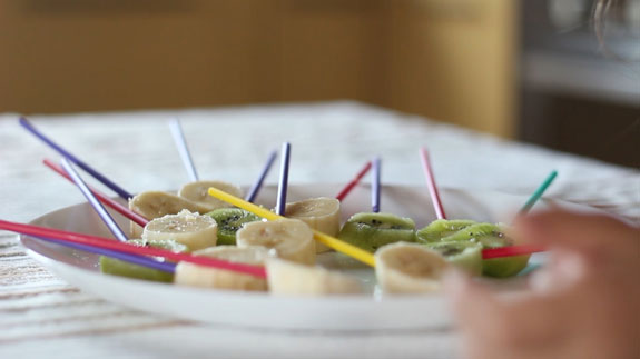 Отправляем заготовки в морозилку минут на 5. Шоколадные фрукты: пошаговый фото-рецепт