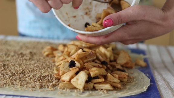 Выкладываем на тесто начинку из яблок, изюма, корицы и орешек.Штрудель с яблоками: пошаговый фото-рецепт