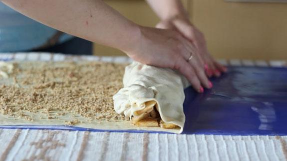 Аккуратно скручиваем штрудель и перекатываем его на противень застеленный пергаментной бумагой.Штрудель с яблоками: пошаговый фото-рецепт