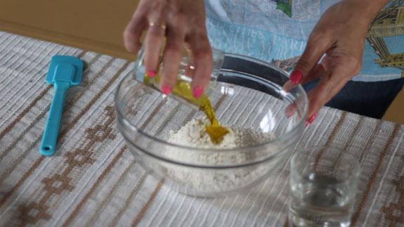 В удобной посуде замешиваем плотное, эластичное тесто. Штрудель с яблоками: пошаговый фото-рецепт
