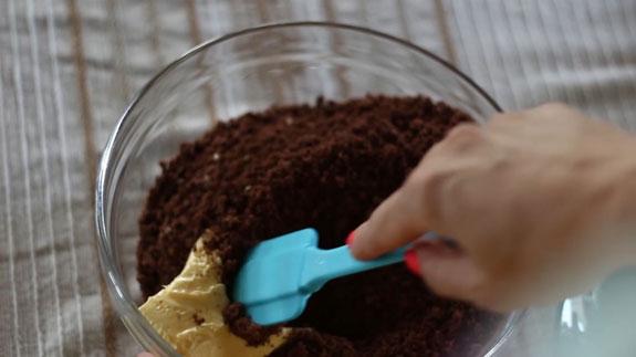 Бисквитную крошку соединяем со сливочным... Чизкейк с клубничным конфитюром: пошаговый фото-рецепт