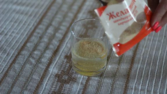 Желатин заливаем небольшим количеством воды и... Чизкейк с клубничным конфитюром: пошаговый фото-рецепт