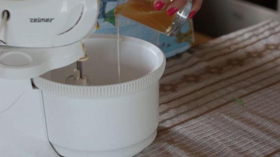 Затем тонкой струйкой (как показано на фото)... Голый торт: пошаговый фото-рецепт