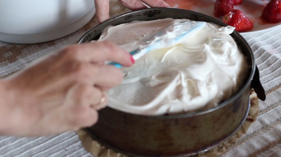 На клубнику выкладываем половину сметанного... Голый торт: пошаговый фото-рецепт