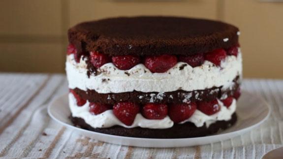 Спустя 2 часа достаем торт и снимаем... Голый торт: пошаговый фото-рецепт