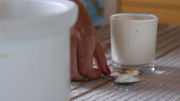 Соду соединяем с кефиром, размешиваем и... Голый торт: пошаговый фото-рецепт