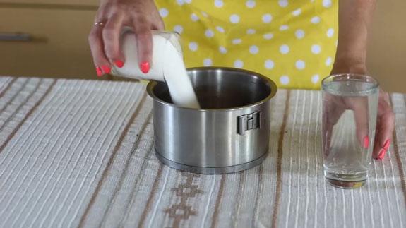 В кастрюльке объемом не менее 2-х литров соединяем сахар и 200 мл. воды. Клубничный конфитюр: пошаговый фото-рецепт