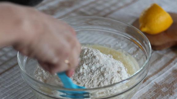 В жидкие ингредиенты вводим сухие и размешиваем до исчезновения комочков. Маффины с клубникой и шоколадом: пошаговый фото-рецепт