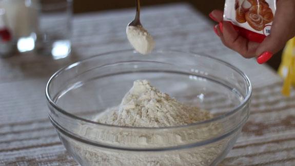 Муку соединяем с разрыхлителем и... Медовые пряники с карамелью: пошаговый фото-рецепт