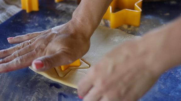 Когда тесто полностью остынет - раскатываем... Медовые пряники с карамелью: пошаговый фото-рецепт