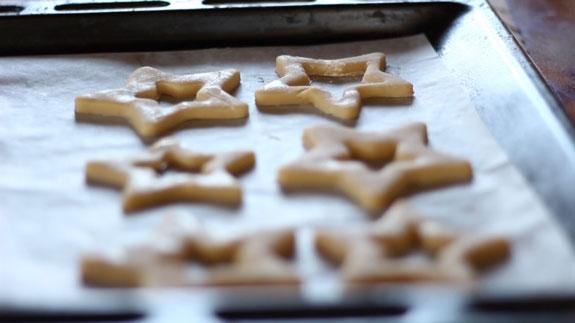 Выпекаем пряники на противене, застеленном... Медовые пряники с карамелью: пошаговый фото-рецепт