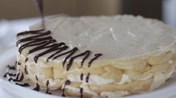 Верх торта смазываем остатками крема, бока... Торт Дамские пальчики: пошаговый фото-рецепт