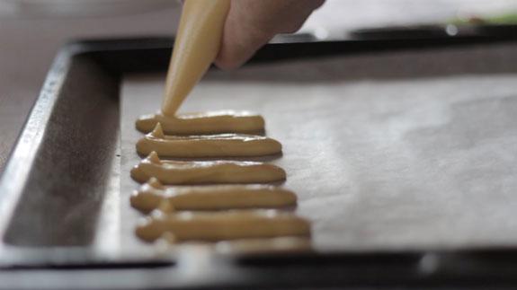 Готовое тесто для эклеров перекладываем в... Торт Дамские пальчики: пошаговый фото-рецепт