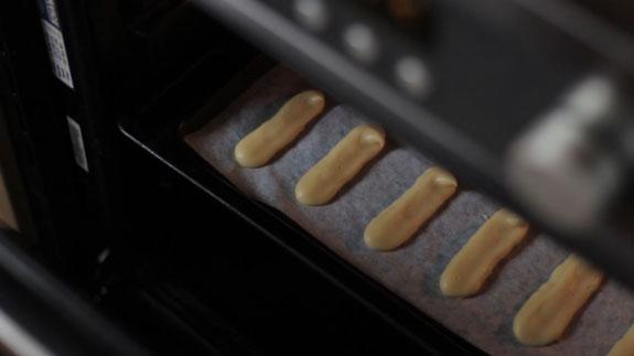 Выпекаем палочки в заранее разогретой до 200... Торт Дамские пальчики: пошаговый фото-рецепт