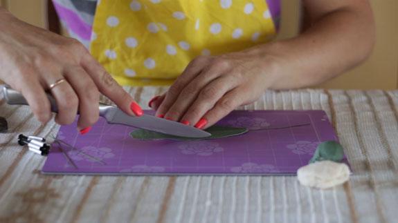 Как сделать ландыш из мастики: пошаговый фото-рецепт. Раскатываем мастику вперед-назад