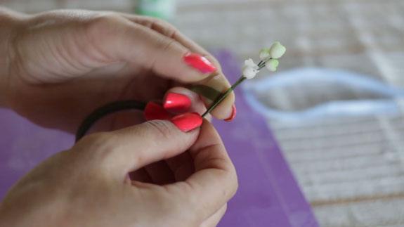 Как сделать ландыш из мастики: пошаговый фото-рецепт. Прикручиваем точно так же еще две заготовки